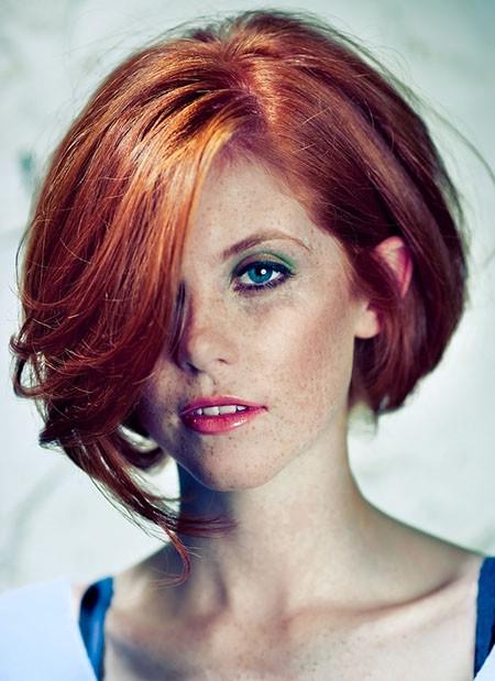 Этот яркий, смелый цвет хорошо...  Градуированные прически боб на волосах красного цвета.