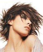Многослойные прически с неровными слоями для волос средней длины