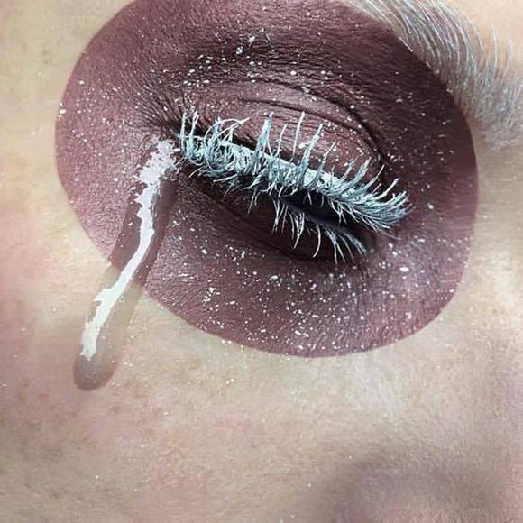 Модный тренд: фейковые слёзы из глиттера